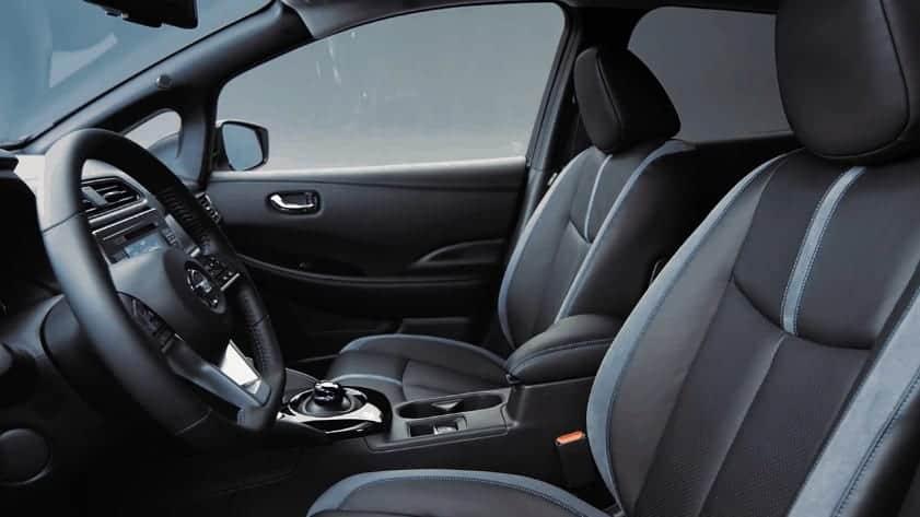 Blaue Akzente im Innenraum des Nissan Leaf 2018