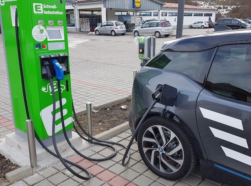 Der BMW i3s lädt an der Schnellladestation