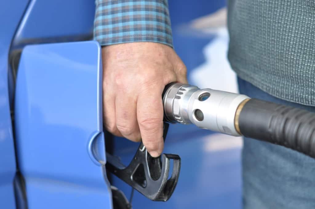 Tanken eines Autos mit Benzinantrieb