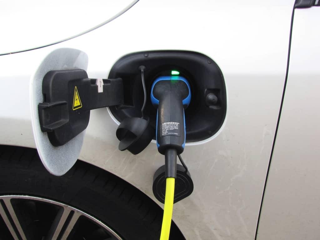 Stromtanken beim Hybridauto
