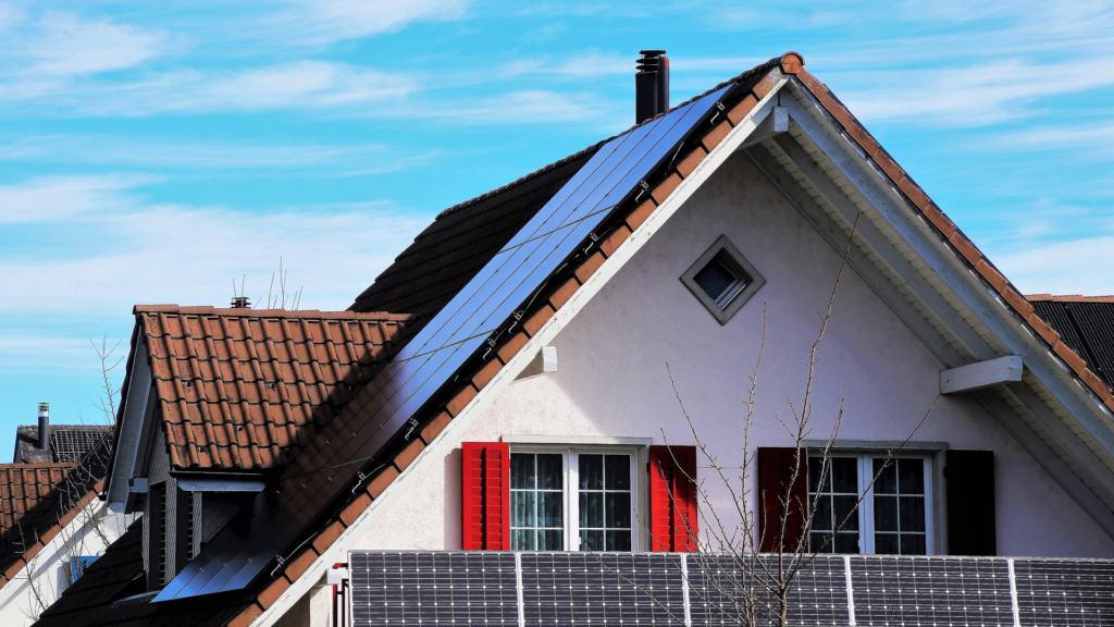 Mit einer Solaranlage am Dach können Elektroautos kostenlos geladen werden.